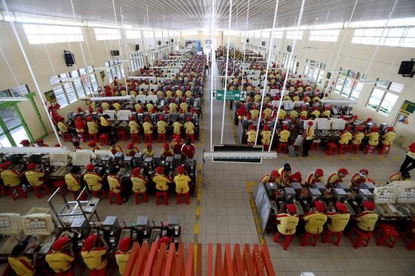 Pekerja PT HM Sampoerna Tbk melakukan aktivitas di pabrik sigaret kretek tangan (SKT) Sampoerna di Surabaya, Kamis (19/5/2016). - Antara