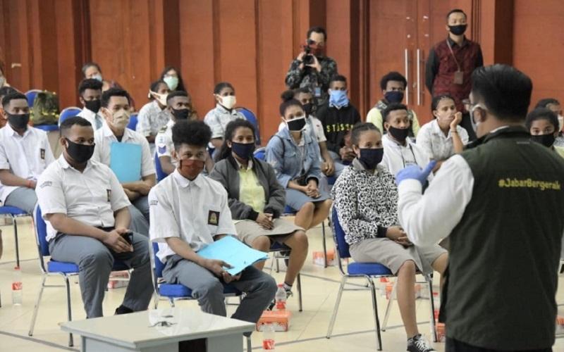 Ketua Gugus Tugas Percepatan Penanggulangan Covid-19 Jawa Barat Ridwan Kamil meninjau swab test (tes usap) bagi 90 pelajar SMA/SMK asal Papua yang telah menyelesaikan studi di Provinsi Jabar, di aula Dinas Pendidikan Jabar, Kota Bandung, Jumat (19/6 - 2020).