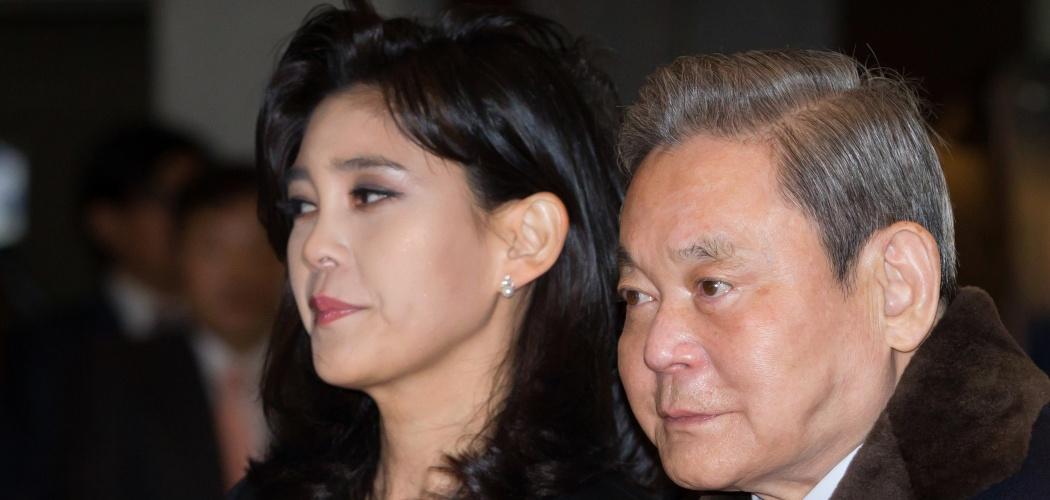 Lee Boo-jin (kiri) bersama ayahnya yang juga pemilik Samsung Group, Lee Kun-hee, menghadiri sebuah acara di Hotel Shilla di Seoul, Korea Selatan, Senin (19/1/2015). - Bloomberg/SeongJoon Cho
