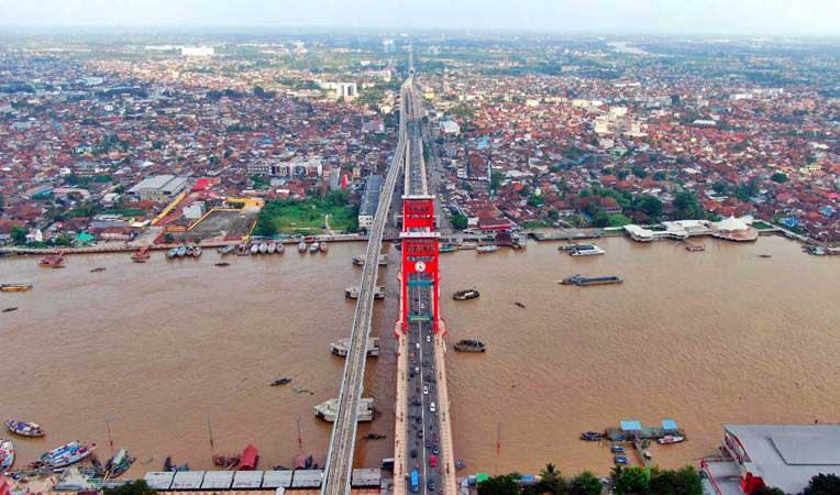 Foto udara Jembatan Ampera dan rel Lintas Raya Terpadu (LRT) di Palembang, Sumatra Selatan, Kamis (2/5/2019). - Bisnis/Abdullah Azzam