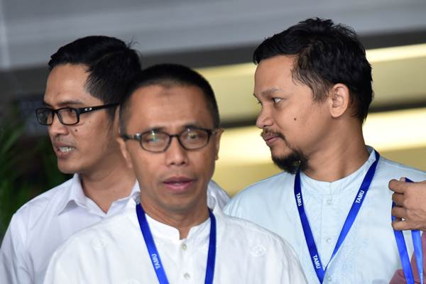 Ekonom Senior Indef Drajad Wibowo (tengah) bersama Hanafi Rais (kanan) dan Juru bicara KPK Febri Diansyah (kiri) bersiap menjawab pertanyaan wartawan ketika mendatangi gedung KPK di Jakarta, Senin (5/6). - Antara/Wahyu Putro A