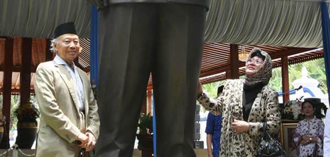 Probosutedjo (kiri) saat meresmikan patung sosok Soeharto di Dusun Kemusuk, Desa Argomulyo Kecamatan Sedayu, Bantul, Jumat (01/03/2013). - JIBI/Desi Suryanto