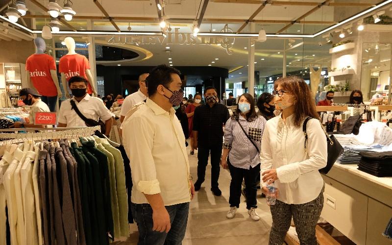 Wakil Gubernur DKI Jakarta Ahmad Riza Patria (kiri) dan Center Director Cental Park & Neo Soho Mall Pauline Filliani (kanan) melakukan koordinasi terkait pelaksanaan protokol kesehatan yang dilakukan di Mal Central Park Sabtu (20 - 6).