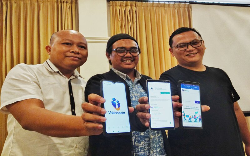 Founder PT Vokasi Indonesia Sejahtera Pramanda Nalang Saputra (kanan) bersama Direktur Utama PT Vokasi Indonesia Ismail Marzuki (kiri) dan Komisaris PT Vokasi Indonesia Sejahtera Yasir Sani (tengah) di Malang, Sabtu (20/6 - 2020).
