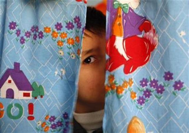 Virus Corona yang menyerang saluran pernapasan juga menjadi ancaman nyata bagi anak-anak Indonesia. - Reuters/Ilustrasi