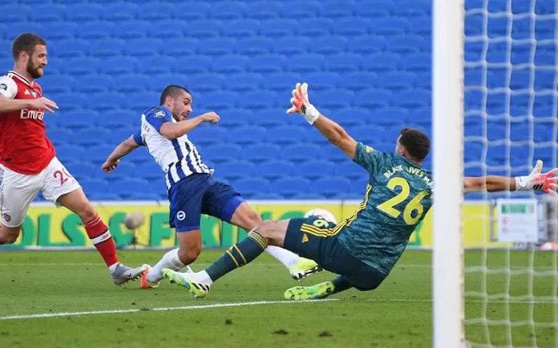 Pemain Brighton Neal Maupay (tengah) menjebol gawang Arsenal saat injury time./Antara - Reuters