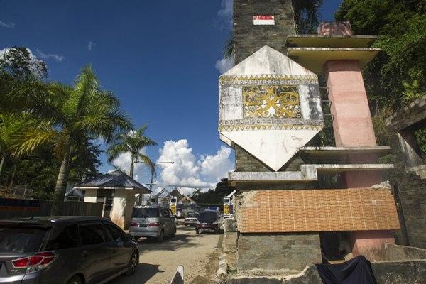 Sejumlah kendaraan roda empat dikemudikan warga melintasi perbatasan Indonesia-Malaysia di Pos Lintas Batas Entikong, Sanggau, Kalimantan Barat, Kamis (3/12/2015). - Antara
