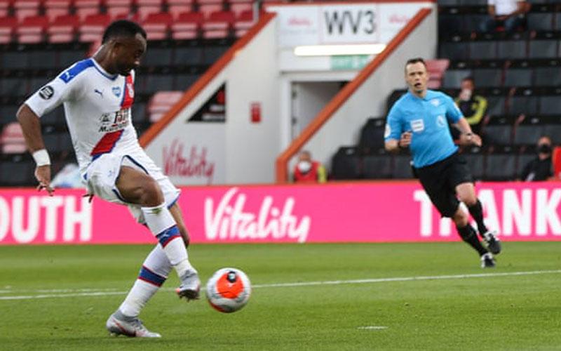 Penyerang Crystal Palace Jordan Ayew melepas tendangan yang menjebol gawang Bournemouth. - The Guardian