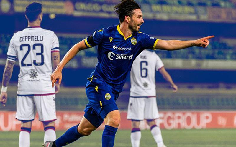 Penyerang Hellas Verona Samuel di Carmine selepas menjebol gawang Cagliari. - Twitter@HellasVeronaFC