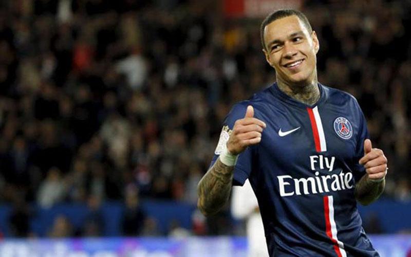 Gregory van der Wiel ketika membela Paris Saint-Germain. - Reuters
