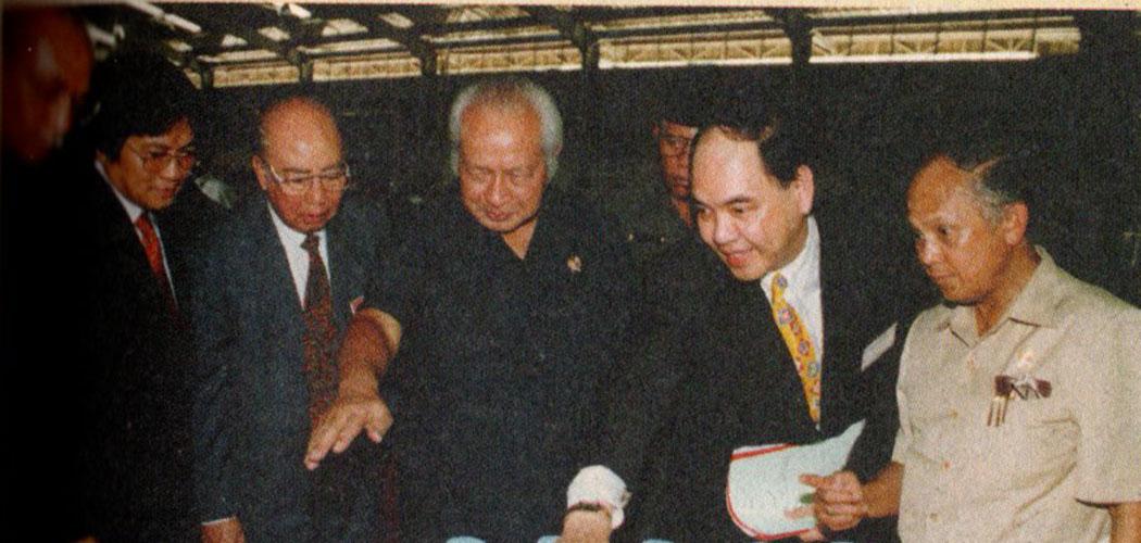 Presiden Soeharto meresmikan pabrik bahan baku deterjen fatty alcohol PT Batamas Megah, anak perusahaan Salim Group, di Pulau Batam, Riau (19/02 - 1994). Presiden didampingi Menperin Tungky Ariwibowo (kiri ke kanan), Anthony Salim, Liem Sioe Liong, dan Mensristek kala itu B.J. Habibie. Buku Liem Sioe Liong dan Salim Group: Pilar Bisnis Soeharto oleh Richard Borsuk dan Nancy Chng/Kompas/JB Suratno