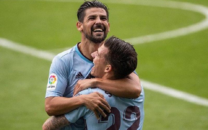 Dua penyerang andalan Celta Vigo, Manuel Agudo Duran alias Nolito (menghadap kamera) dan Santi Mina, merayakan gol ke gawang Deportivo Alaves. - Twitter@LaLiga