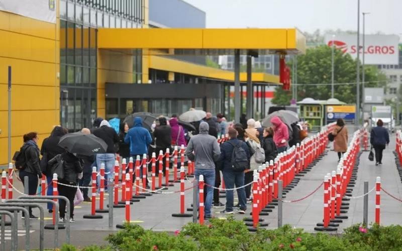 Para pelanggan menunggu di luar toko IKEA setelah
