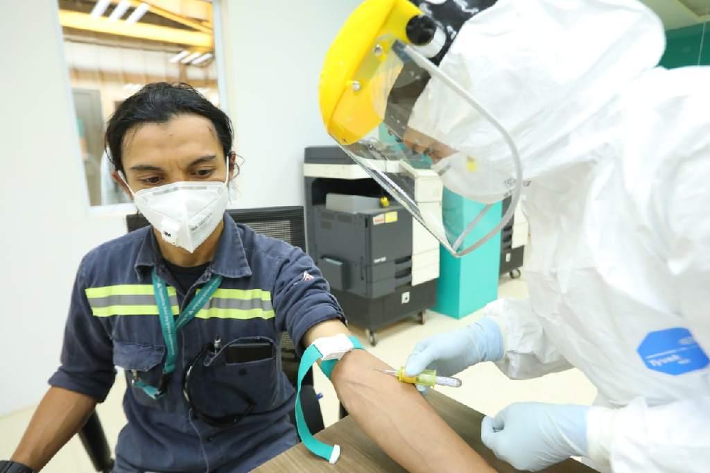 Pekerja mengikuti tes diganostik cepat Covid/19 (rapid test) yang dilaksanakan PT Vale Indonesia Tbk, di Sorowako/Kabupaten Luwu Timur, Sulawesi Selatan.