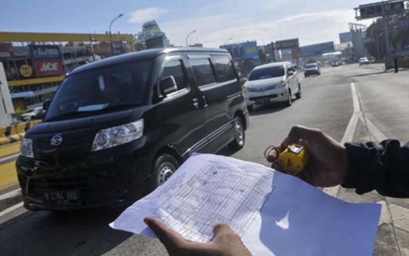 Ilustrasi pemeriksaan dokumen saat PSBB. - Antara/Fakhri Hermansyah