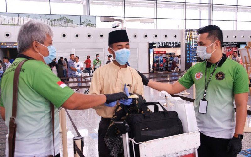 Petugas KBRI Bandar Seri Begawan memeriksa kelengkapan surat pekerja migran Indonesia yang akan kembali ke tanah air pada Minggu (21/6/2020)/Antara - HO/KBRI Bandar Seri Begawan