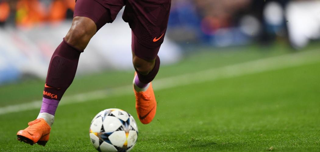 Seorang pemain FC Barcelona membawa bola dalam sebuah pertandingan Liga Champions melawan FC Chelsea di Stamford Bridge, London, Inggris, Selasa (20/2/2018)./Bloomberg - Focus Images/Simon Dael