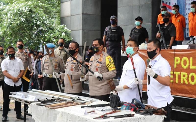Polda Metro Jaya, Senin (22/6/2020), memperlihatkan senjata tajam yang digunakan kelomok John Kei dalam kasus kekerasan dan penganiayaan di di Cluster Australia Green Lake City, Cipondoh Kota Tangerang. - Dok.Polda Metro Jaya