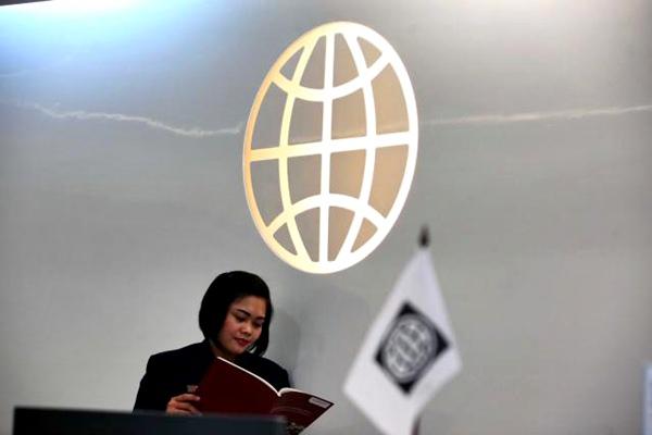 Karyawati beraktivitas di dekat logo Bank Dunia di Jakarta, Rabu (1/3). - JIBI/Dwi Prasetya