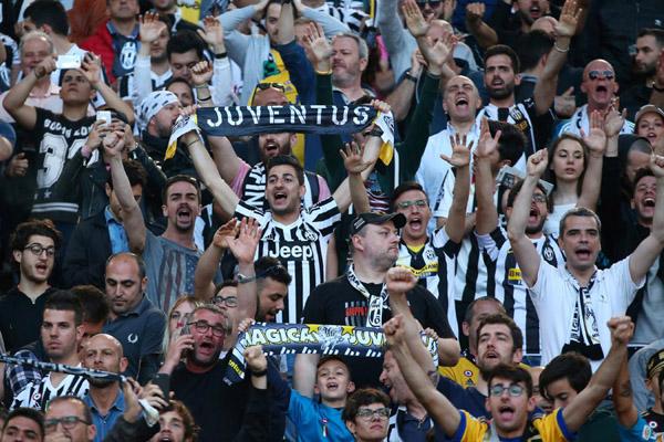 Suporter Juventus, juara bertahan dan pemimpin klasemen sementara Serie A Italia./Reuters - Alessandro Bianchi