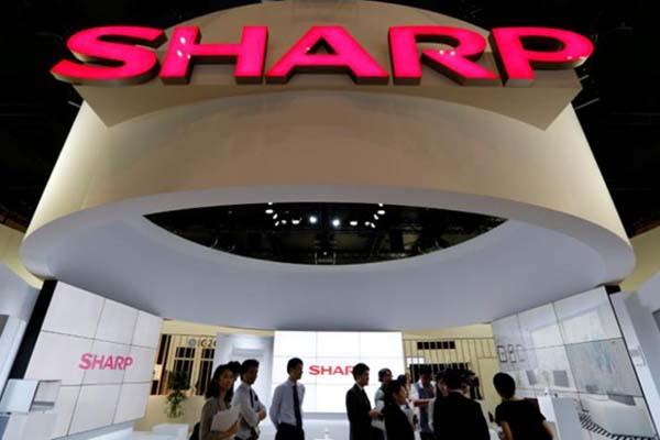 Logo Sharp terpampang di salah satu pameran produk elektronik di Jepang - Reuters/Toru Hanai