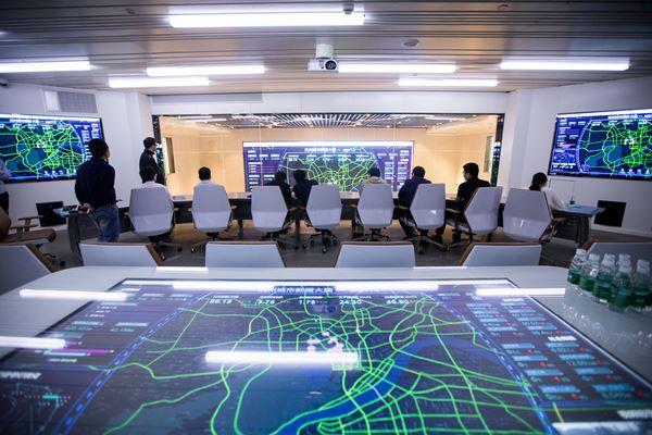 Layar menunjukkan data lalu lintas Kota Hangzhou. Sistem manajemen lalu lintas di kota itu didukung Alibaba Cloud, di Hangzhou, Provinsi Zhejiang, China. - Reuters