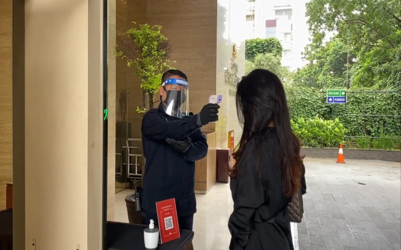 Petugas mengecek suhu setiap calon tamu maupun karyawan yang akan memasuki area Hotel GranDhika Pemuda Semarang sebagai bagian dari penerapan protokol kesehatan pencegahan penyebaran covid/19 dalam era new normal. (Foto: Istimewa)
