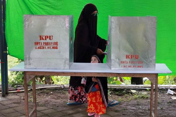 Ilustrasi - Warga menggunakan hak suaranya pada pemilihan kepala daerah (Pilkada) Gubernur Sulawesi Selatan di Kabupaten Gowa, Sulsel, Rabu (27/6). - JIBI/Paulus Tandi Bone
