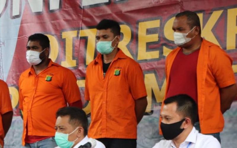 John Kei (paling kanan) dan sejumlah tersangka lain dalam kasus kekerasan dan penganiayaan ditampilkan oleh Polda Metro Jaya dalam konferensi pers, Senin (22/6/2020) - Istimewa.
