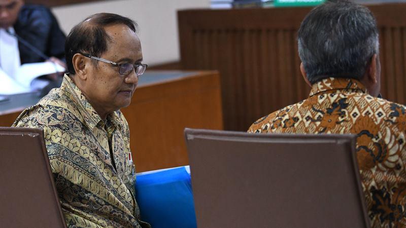 Terdakwa mantan Deputi Finansial Ekonomi Badan Pemasaran dan Pelaksana Usaha Hulu Migas (BP Migas) Djoko Harsono (kiri) dan terdakwa mantan Kepala BP Migas Raden Priyono (kanan) menjalani sidang kasus korupsi penjualan kondensat PT Trans Pasific Petrochemical Indotama (TPPI) di Pengadilan Negeri (PN) Jakarta Pusat, Jakarta, Senin (17/2/2020). -  ANTARA / Aditya Pradana Putra