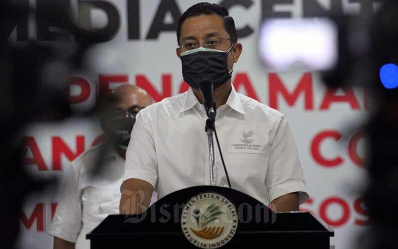 Menteri Sosial Juliari P. Batubara menyampaikan sambutan saat menerima bantuan paket sembako di Jakarta, Senin (27/4/2020). Bisnis - Dedi Gunawan