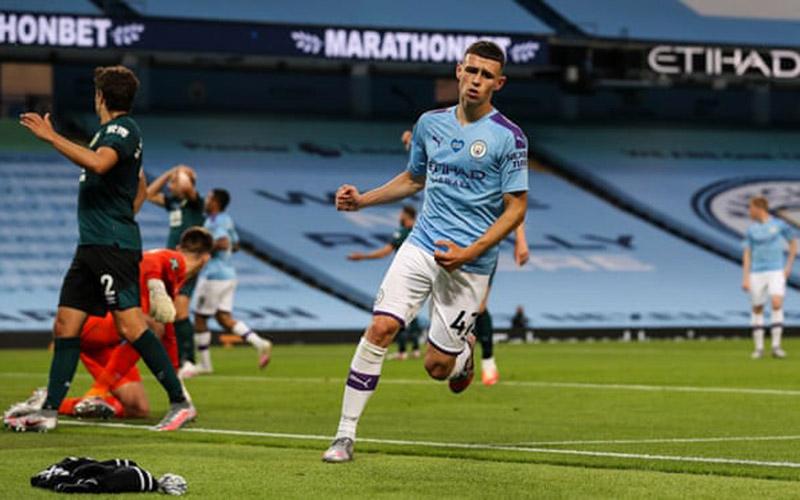 Pemain tengah Manchester City Phil Foden mencetak gol keduanya atau kelima untuk timnya ke gawang Burnley. - The Guardian