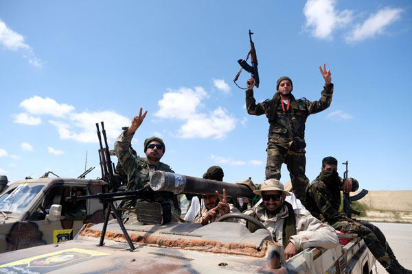 Tentara Nasional Libya di bawah pimpinan pemberontak Jendral Khalifa Haftar terlihat meninggalkan Benghazi pada hari Minggu 7 April 2019 untuk bergabung dengan pasukannya guna menggempur Tripoli. - Reuters/Esam Omran Al Fetori
