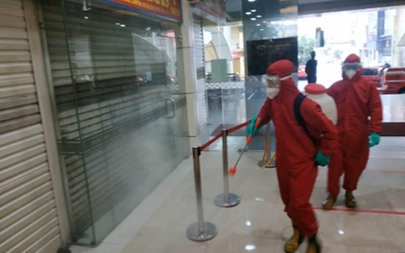 Personel Damkar Jakarta Selatan melakukan penyemprotan disinfektan di Blok M Square, Kebayoran Baru, Jakarta Selatan, Selasa (23/6/2020). - ANTARA/Damkar Jakarta Selatan
