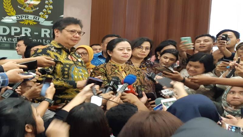 Ketua DPR Puan Maharani (tengah) menerima draf RUU Omnibus Law Cipta Tenaga Kerja dari Pemerintah yang diwakili sejumlah menteri kabinet termasuk Menko Perekonomian Airlangga Hartarto (kiri) dan Menkeu Sri Mulyani (kanan) di Gedung DPR, Rabu (12/2/2020). JIBI - Bisnis/John Andi Oktaveri