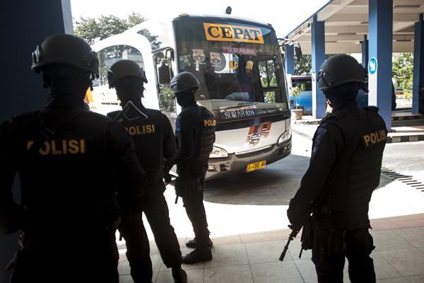 Anggota brimob melakukan patroli pengamanan Lebaran 2016 di Terminal Tirtonadi, Solo, Jawa Tengah, Jumat (17/6).  - Antara
