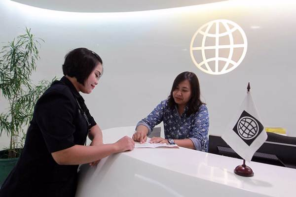 Karyawati beraktivitas di kantor Bank Dunia, di Jakarta, Senin (9/10). - JIBI/Dwi Prasetya