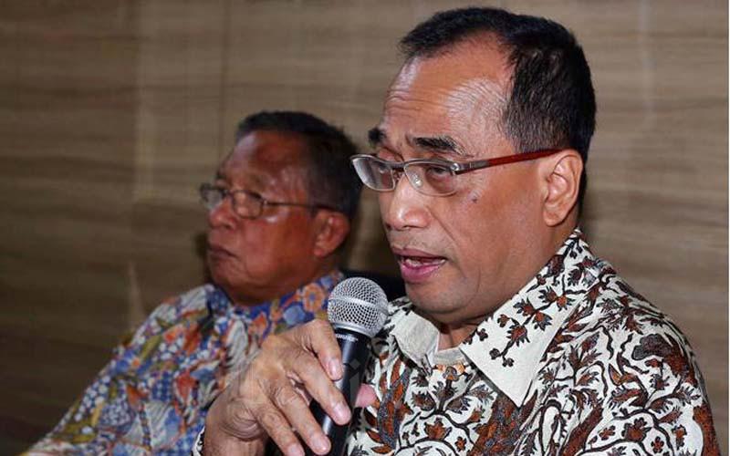 Menteri Perhubungan Budi Karya Sumadi (kanan) menyampaikan keterangan terkait penurunan harga tiket pesawat, di Jakarta, Kamis (20/6/2019). - Bisnis/Abdullah Azzam