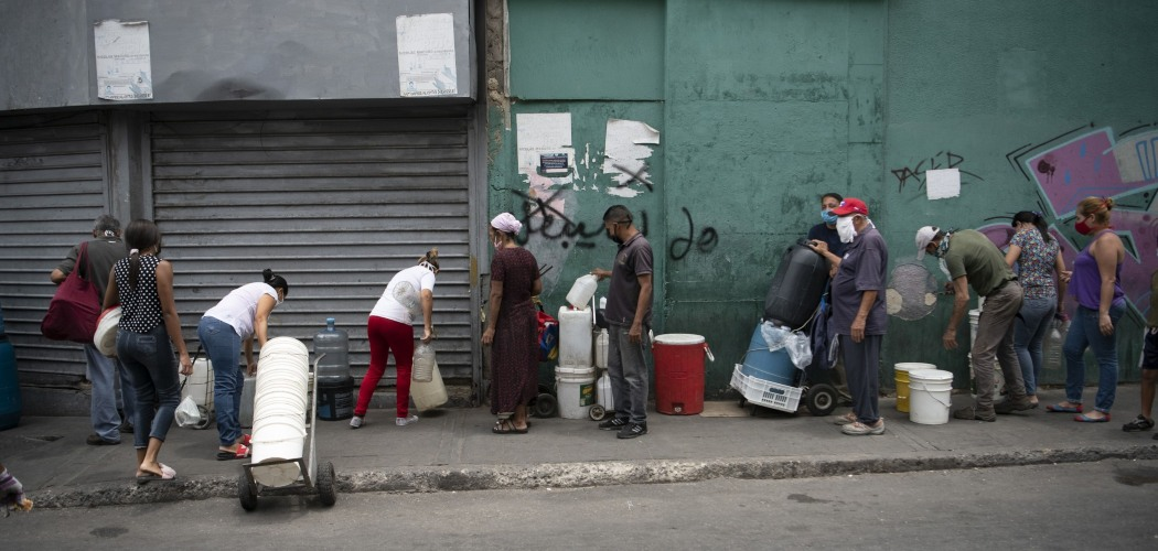 Warga mengantre air bersih di Caracas, Venezuela, Kamis (9/4/2020). - Bloomberg/Carlos Becerra
