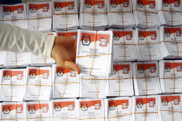 Tenaga relawan menunjukkan surat suara pilkada Wali Kota dan Wakil Wali Kota Makassar yang telah disortir, di kantor KPU Makassar, Sulawesi Selatan, Rabu (13 - 6)..Antara
