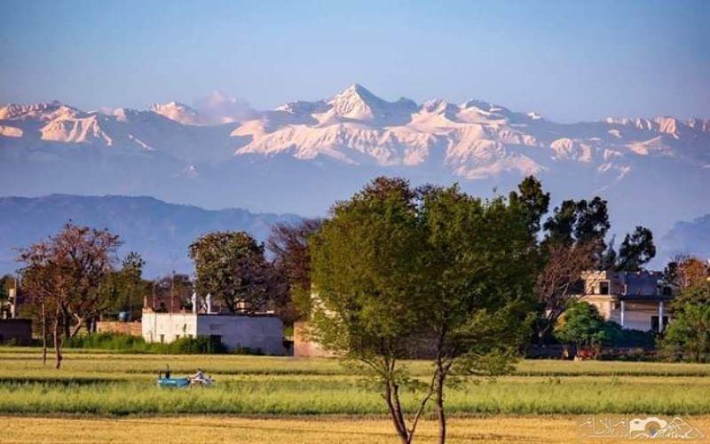 Gunung Himalaya terlihat dari jarak 200km untuk pertama kalinya dalam 30 tahun pada 4 April 2020, bersamaan dengan lockdown di India yang menurunkan tingkat polusi udara. (ANTARA/Twitter - @khawajaks)