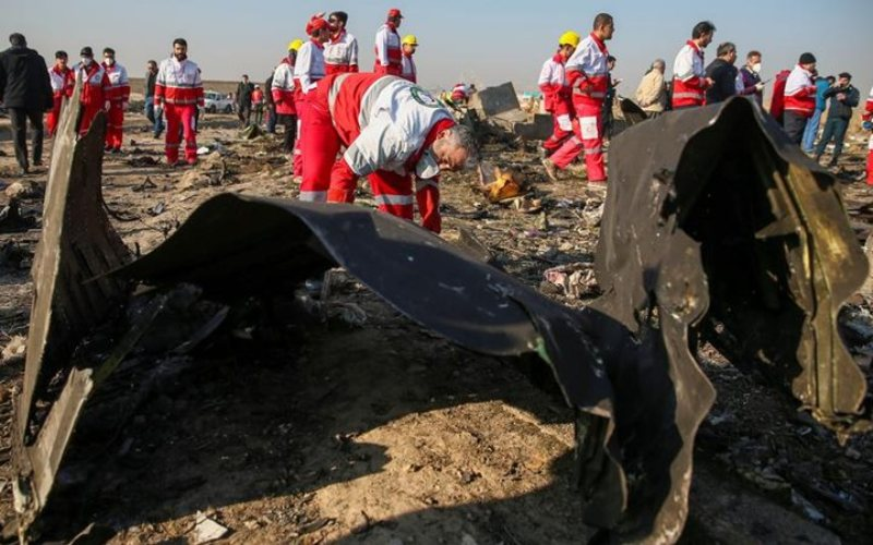 Puing-puing pesawat milik Ukraine International Airlines, yang jatuh setelah lepas landas dari bandara Iran Imam Khomeini, terlihat di pinggiran Teheran, Iran 8 Januari 2020. - Nazanin Tabatabaee/WANA (Kantor Berita Asia Barat) via Reuters
