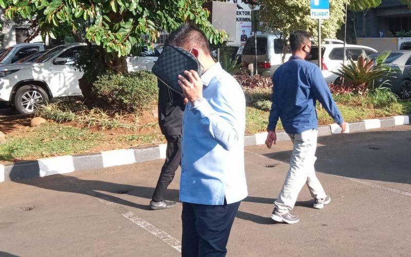 Nus Kei berjalan meninggalkan Polda Metro Jaya setelah mengikuti pemeriksaan di Mako Polda Metro Jaya pada Selasa (23/6/2020). - Istimewa