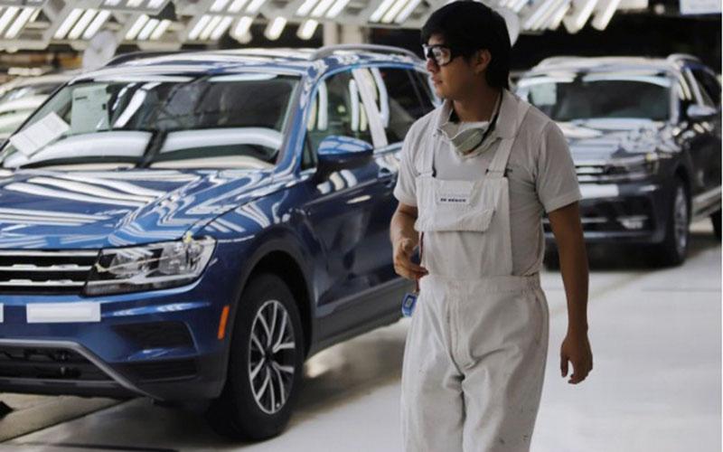 Volkswagen Tiguan terparkir rapi di pabrik perakitan di Puebla, Meksiko./Antara - Reuters