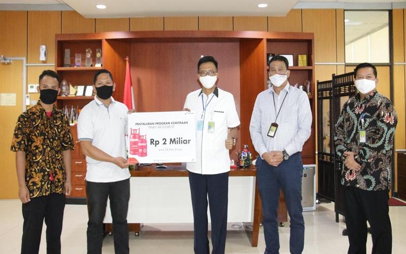 General Manager Pertamina MOR VII C.D Sasongko menyerahkan secara simbolis bantuan modal senilai Rp2 miliar untuk pengusaha pangkalan LPG 3 kg pada Selasa (23/6/2020) - Istimewa