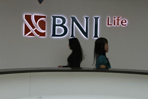 Masyarakat melewati logo BNI Life - Istimewa