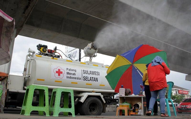 Petugas gabungan menyemprotkan cairan disinfektan di area publik di Kota Makassar, Sulawesi Selatan, Sabtu (20/6/2020). Pemerintah Kota Makassar mengerahkan sebanyak tiga ribu personel gabungan untuk melakukan penyemprotan cairan disinfektan secara massal di sejumlah area publik dalam rangka peningkatan upaya pencegahan penyebaran virus Corona baru (Covid-19) di daerah itu. - Antara/Arnas Padda