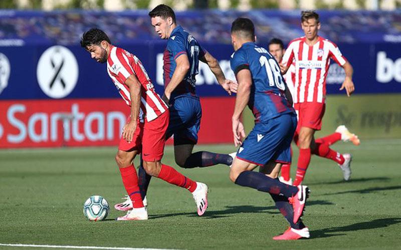 Penyerang Atletico Madrid Diego Costa (kiri) mencoba menembus pertahanan Levante. - Twitter@atletienglish