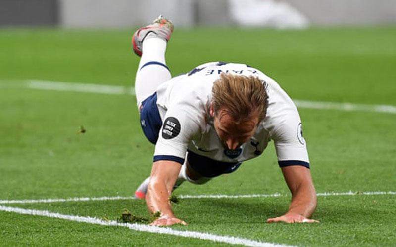 Penyerang Tottenham Hotspur Harry Kane melakukan selebrasi selepas menjebol gawang West Ham United. - The Guardian