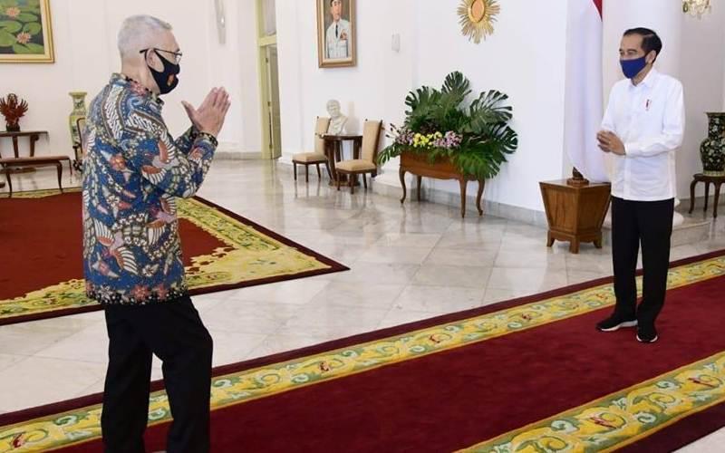 Presiden Joko Widodo saat menerima Wakil Presiden ke-6 RI Try Sutrisno. Presiden menerima para purnawirawan TNI-Polri dan legiun veteran Indonesia di Istana Kepresidenan Bogor, Jumat (19/6/2020). - Facebook/@Jokowi